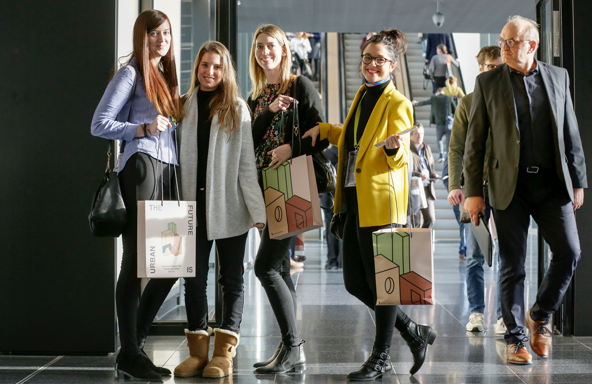 visitors at the heimtextil 2018 presenting the trend bags