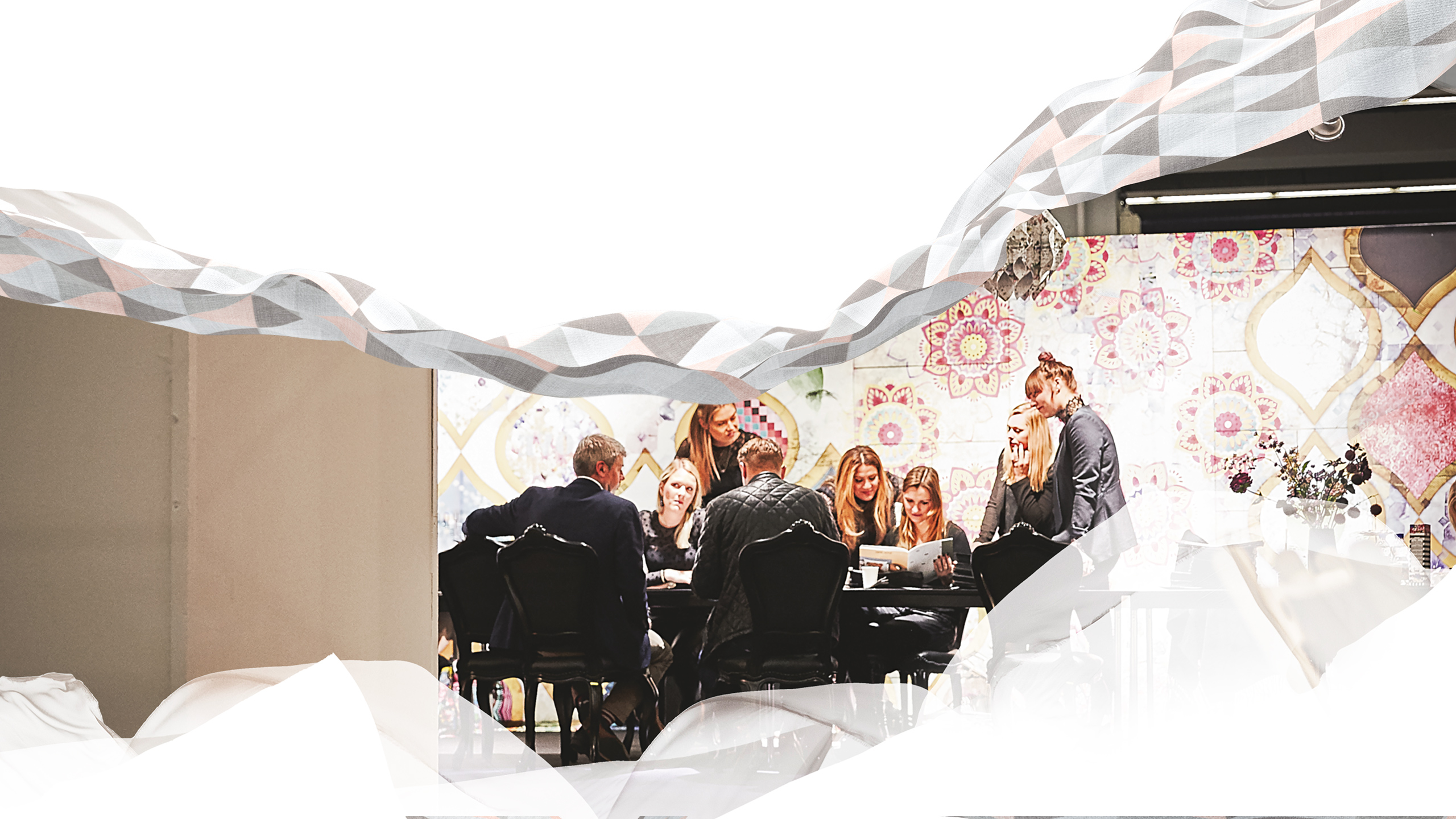 Heimtextil Blog visual - visitors and exhibitor are sitting around a table