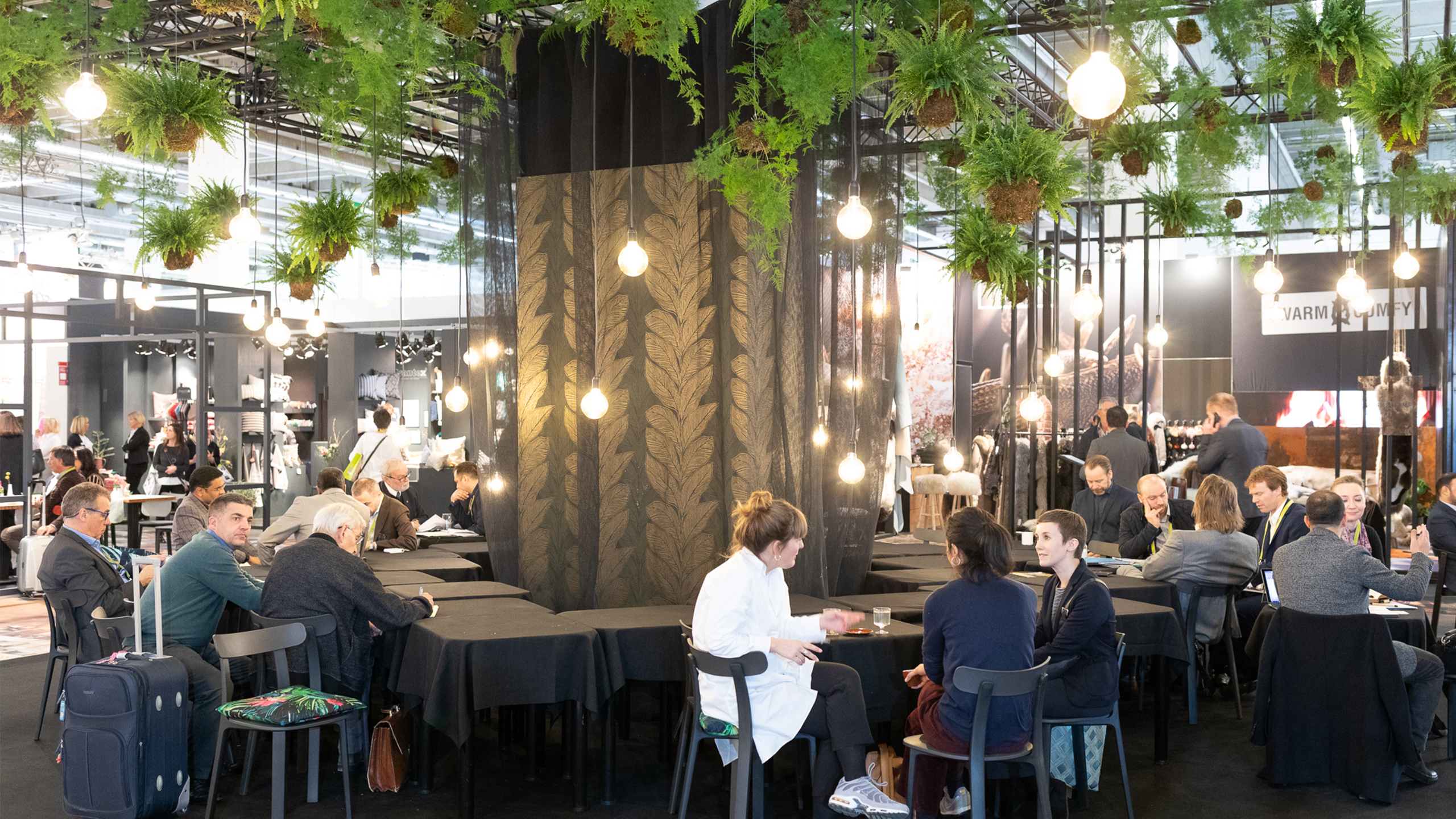 Heimtextil visitors 2019 are sitting together